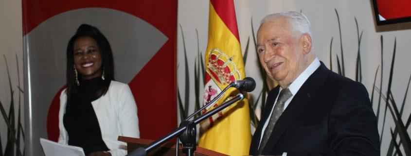 El presidente de la Fundación Carolina Colombia  Belisario Betancur  y la becaria Katty Romaña